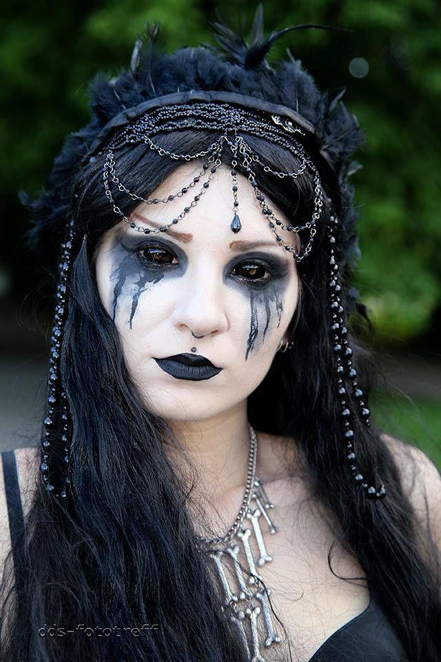 Pomysł na make-up sylwestrowy :P :D From Wave Gotik Treffen, great black-out contacts and black tears on this #Goth girl