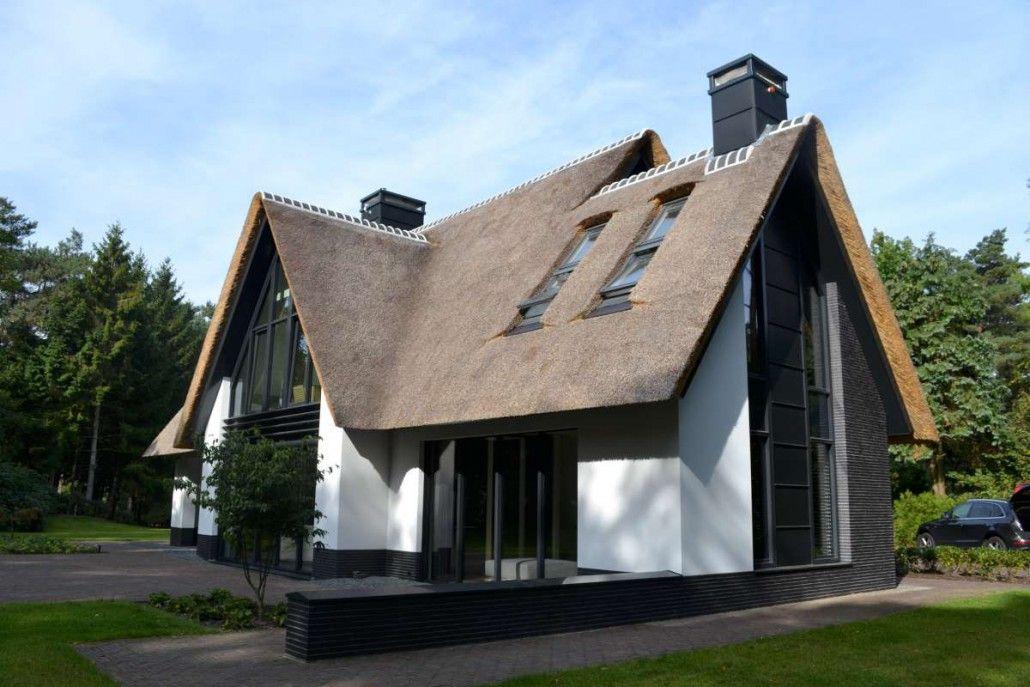 Nieuwbouw moderne villa met rietgedekte kap in soest for Moderne villa architectuur