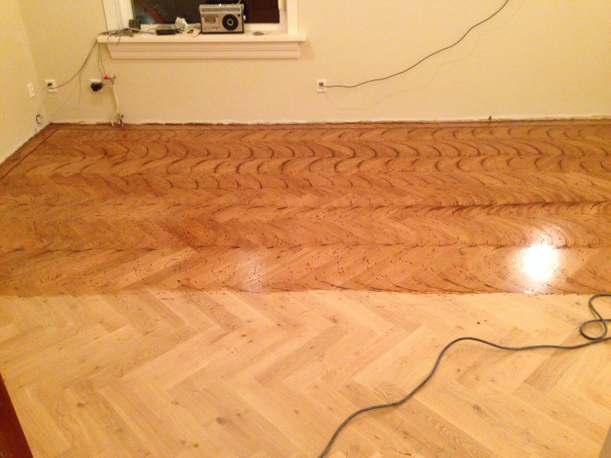 na het leggen van de parket visgraat vloer wordt de vloer geolied