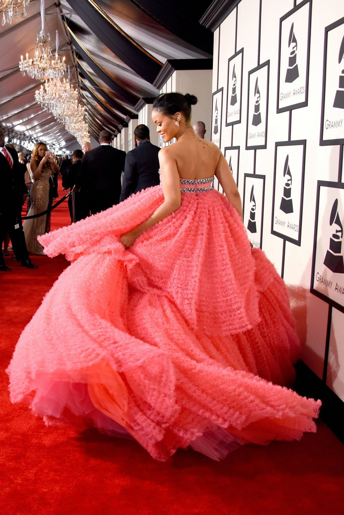 Rihanna Roter Teppich Rihanna At The 2015 Grammy Awards In Giambattista Valli Spring