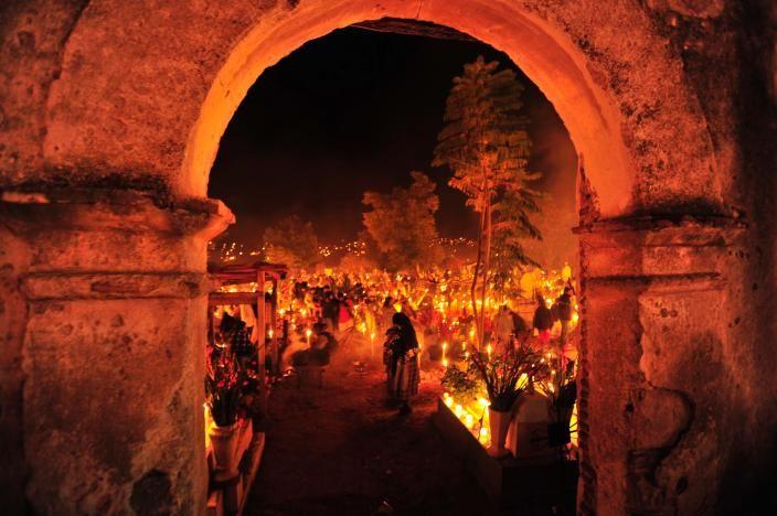 Celebración del Día de los Muertos en un poblado Mexicano. 15 fotografías de la magia mexicana en www.nationalgeographic.com