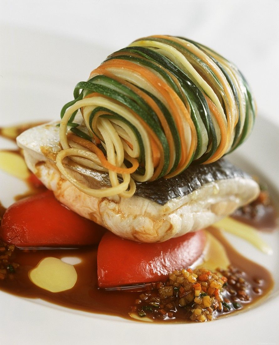 Fischfilet mit Gemüsespaghetti | Zeit: 35 Min. | http://eatsmarter.de/rezepte/fischfilet-mit-gemuesespaghetti