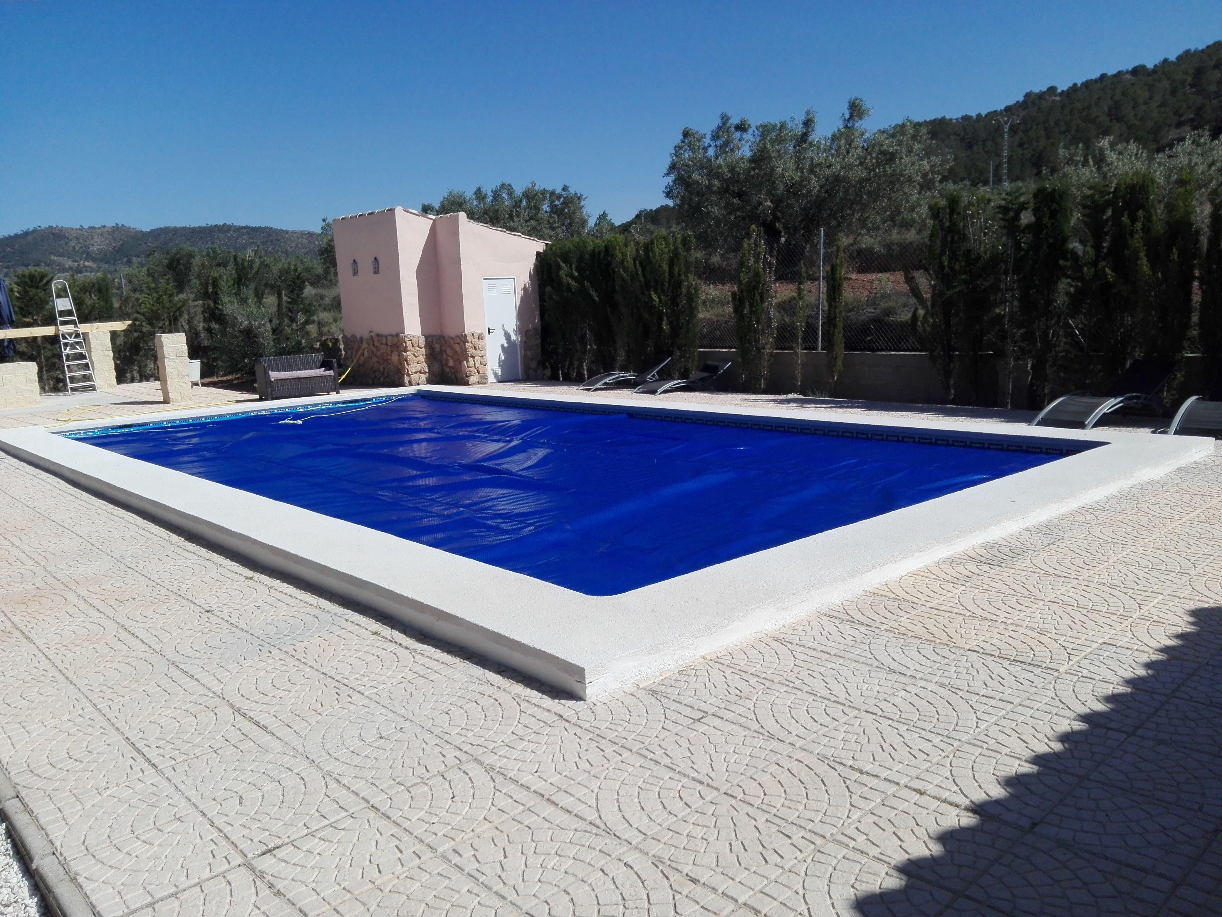 Lonas para calentar el agua de tu piscina lona de burbujas cobertores solares mantas - Burbujas para piscinas ...