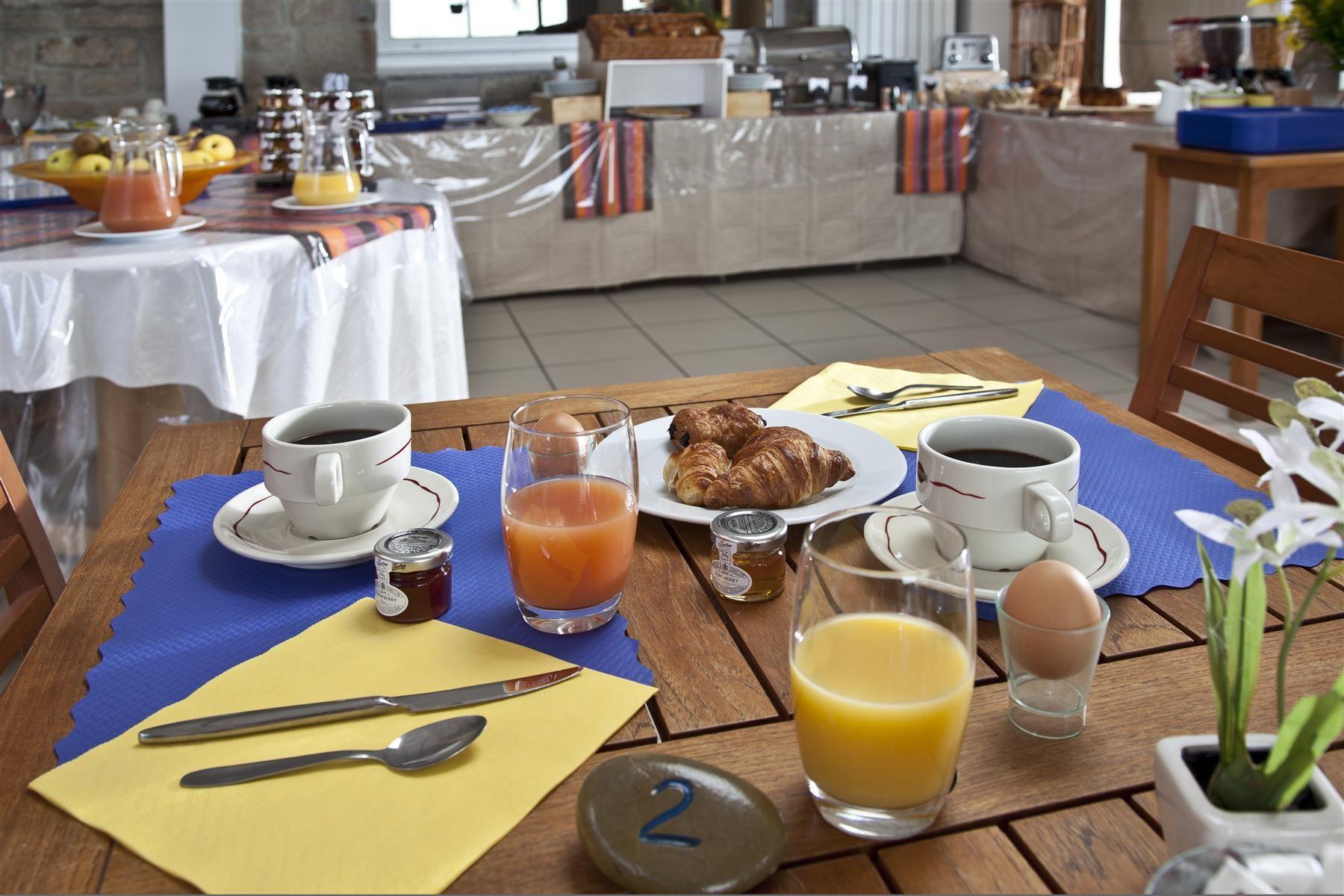 Vue sur l espace petit déjeuner de l hôtel Cap Coz   Hôtel Mona Lisa ... 1def5b274726