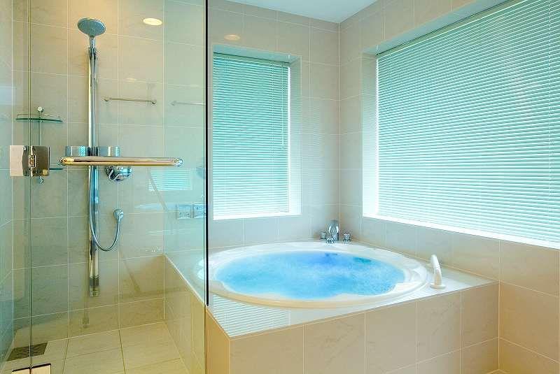 オーダーメイドバスルーム お風呂のリフォームはフリーバス企画 吐水口は 情緒たっぷりに 浴槽の周りと同じヒバ材で