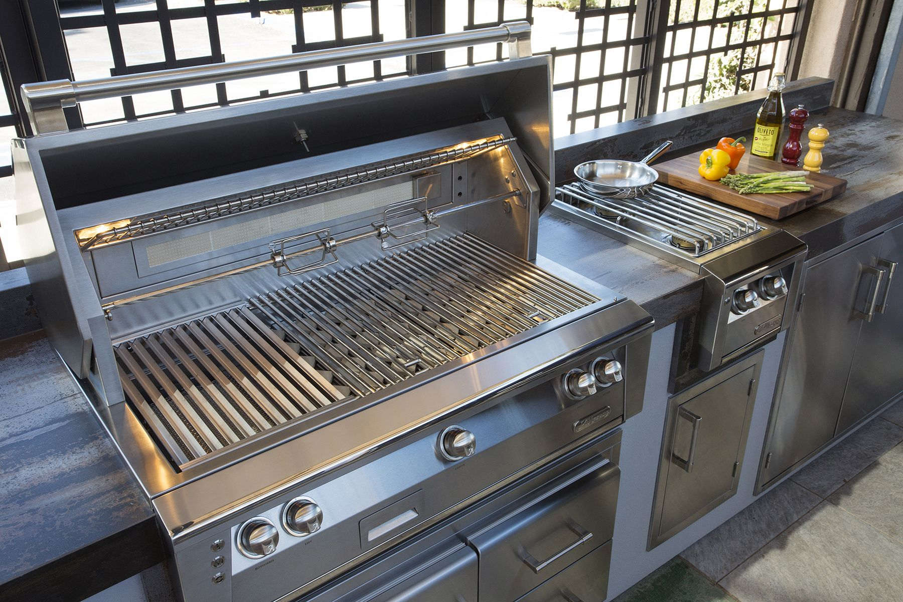Alfresco Outdoor Kitchen With Alxe Grill Accessories And Pizza Oven Plus Outdoor Kitchen Kitchen Entertaining Guests