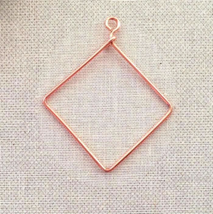 Free tutorial to make a square or diamond shaped wire frame to attach beads