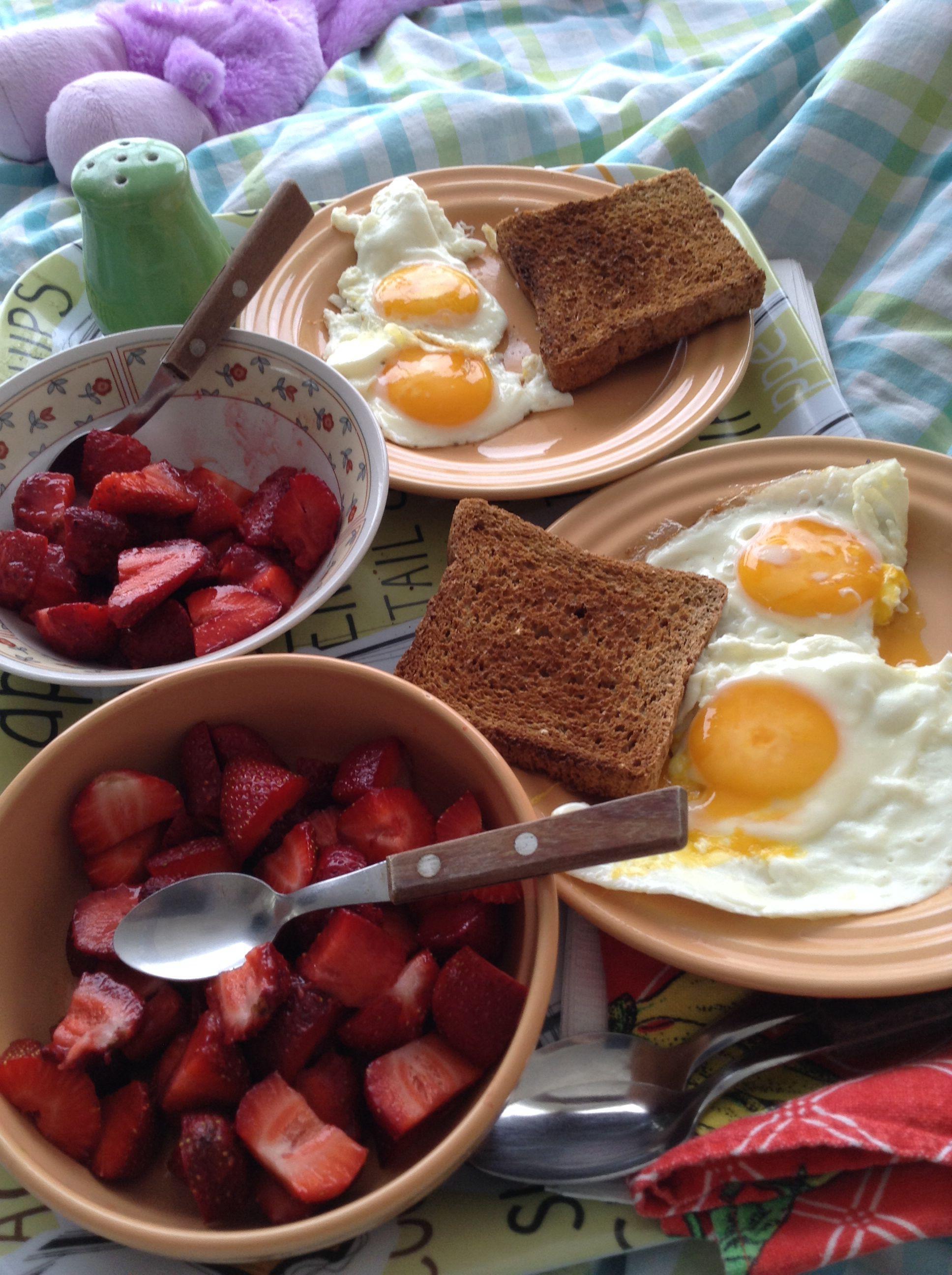 Mi marido preparó desayuno y me lo trajo a la cama