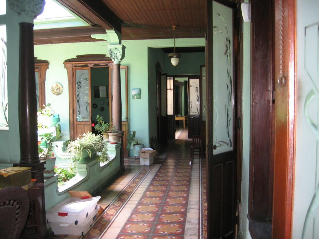 Corredor principal casa antigua zona 1 guatemala for Puerta casa antigua