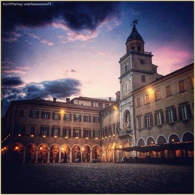 La #PicOfTheDay #turismoer di oggi si accomoda nella #PiazzaGrande di #Modena ad accogliere l'accendersi della sera. Complimenti e grazie a @stefanoemme73 / Today's #PicOfTheDay #turismoer takes a seat in #Modena's #PiazzaGrande to welcome the enlightening of the night. Congrats and thanks to @stefanoemme73
