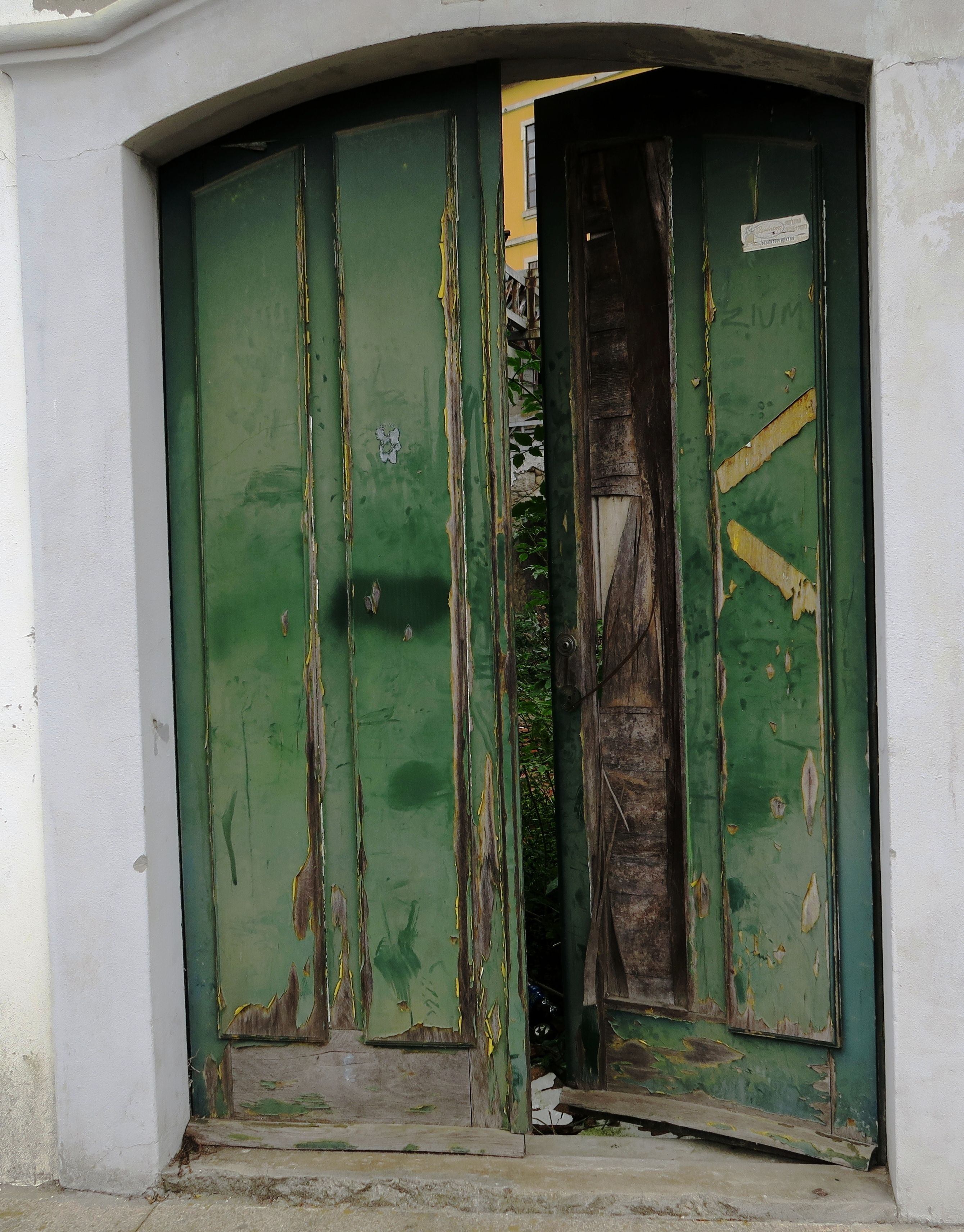 I gently pushed open the weathered Door to see what was hidden (photography M.Baan, Porto Portugal 2015)