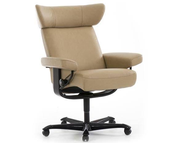 d couvrez le fauteuil viva de la marque stressless ce fauteuil la t ti re baqu e et aux. Black Bedroom Furniture Sets. Home Design Ideas