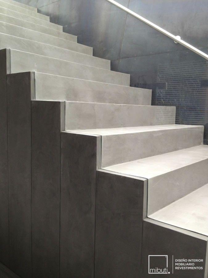 Escaleras en microcemento gris cemento para casa guaymaral for Escaleras de cemento para interiores