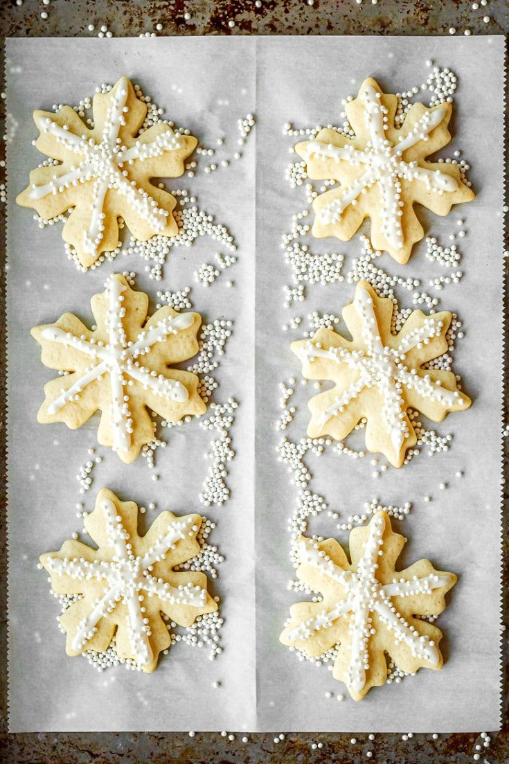 Easy Royal Icing Recipe For Sugar Cookies -- this easy royal icing is SO ridiculously simple to ...