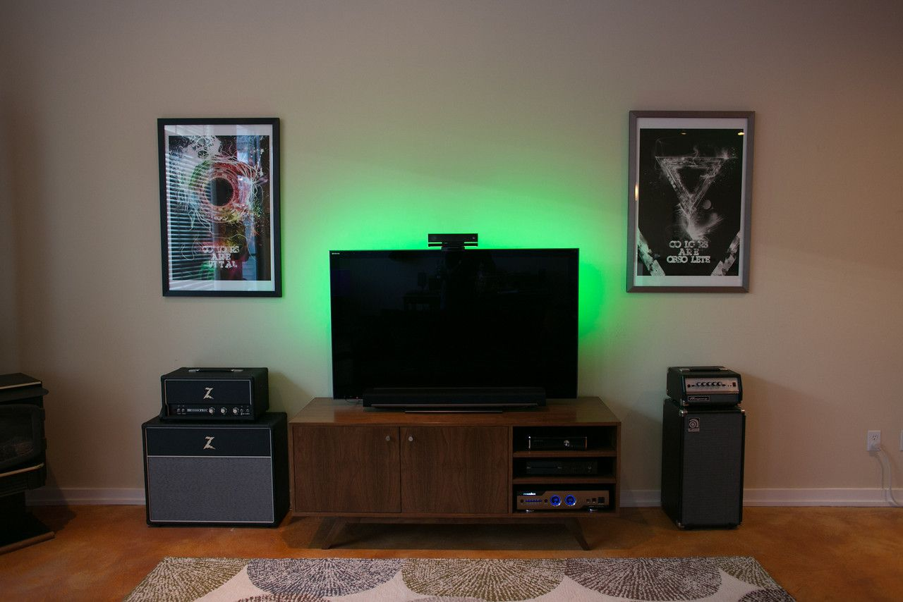 philips friends of hue lightstrip lining back of tv and midcentury, Wohnzimmer dekoo
