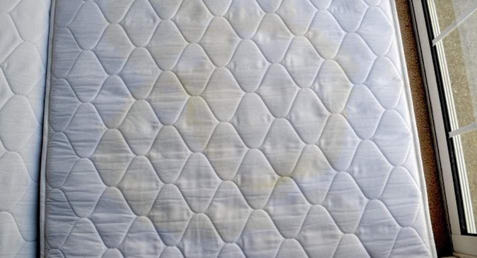 Mit Diesen 3 Zutaten Wirst Du Flecken Auf Der Matratze Direk