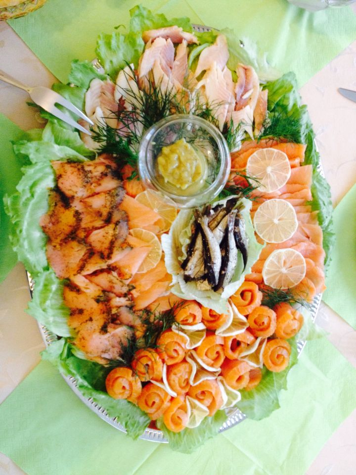 Fischplatte lachs forelle und sprotten essen - Kalte platten ideen ...