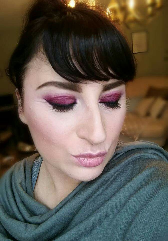 Purple Smokey Eyes  Produkt  GESICHT *Cream Foundation - Velour *Mineral Perfection Concealer -Organza *Mineral Bronzer - Hermosa *Mineral Pigment - Curious *Mineral Rouge - Scandalous  AUGEN *Splash Lipstick - Sensual *3D Fiber Lash Mascara  LIPPEN *Lucrative Lipgloss - Lovable