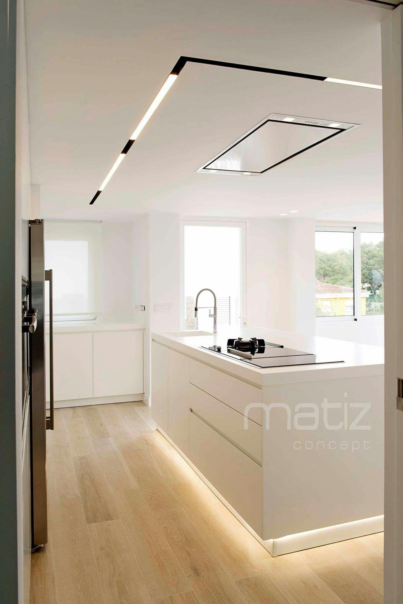 www.matizconcept.es Cocina en isla lacada blanca con suelo ...