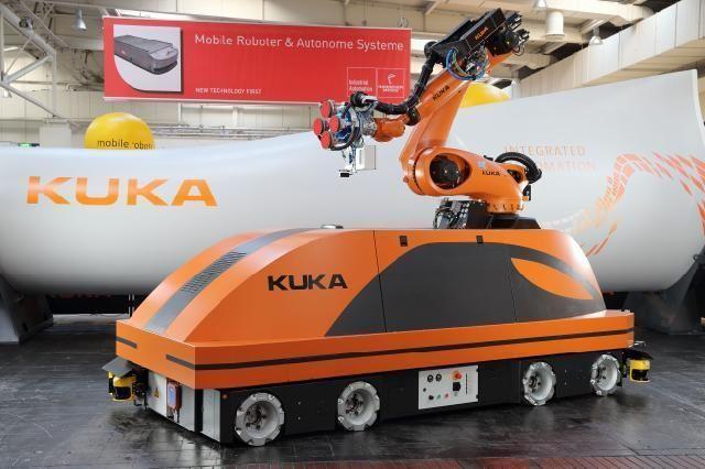 KUKA omniMove。ドイツに拠点を持つKUKA Roboterにて発表されたリフトやマニピュレーターなどを搭載可能なロボットプラットフォーム。オムニホイールを実装して前後の他に左右の移動にも対応する。有効積載量は45トン。