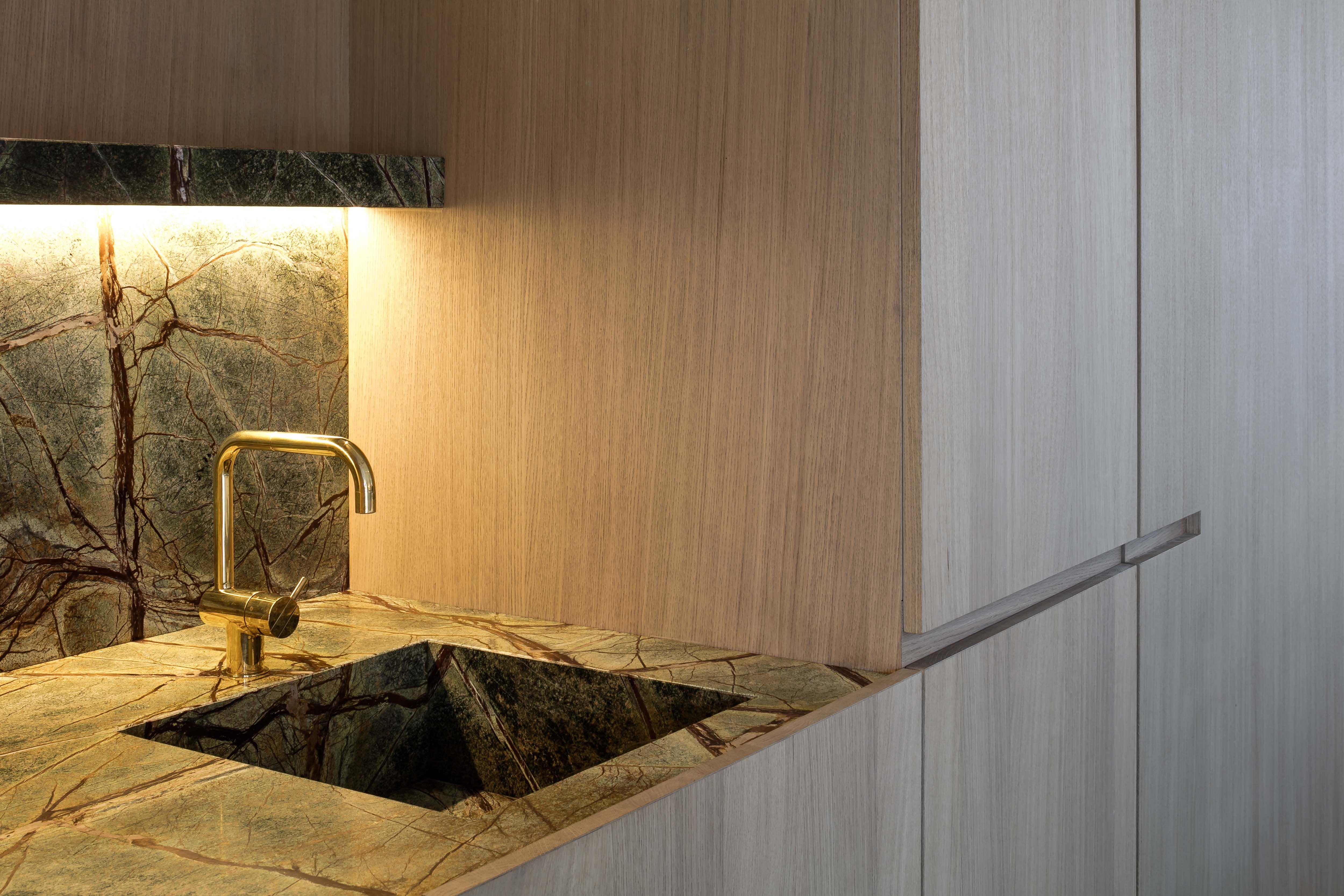 Realisaties natuursteen hullebusch kitchens in