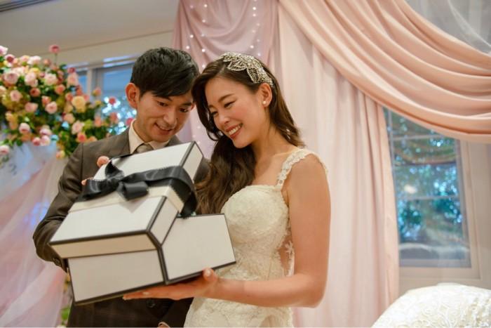 実践しやすい ゲストサプライズプレゼントの選び方とおすすめ演出 結婚式準備はウェディングニュース ウェディング 披露宴 演出 結婚式 準備