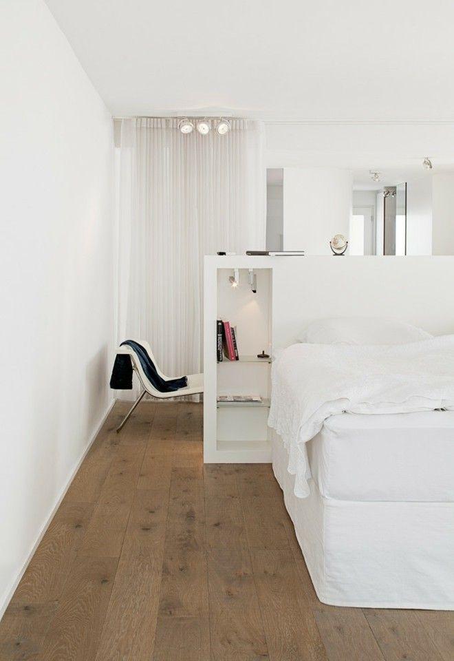 Offener Grundriss modernes Schlafzimmer ganz weiß bequem