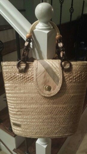 Shell handle straw bag