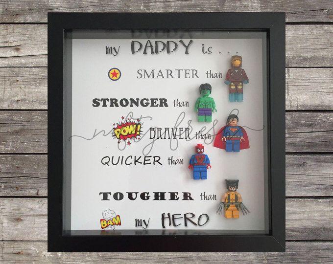 Umrahmt von superhelden lego geschenk f r papa mama bruder schwester frau mann oma opa freund - Originelle geschenke bruder ...