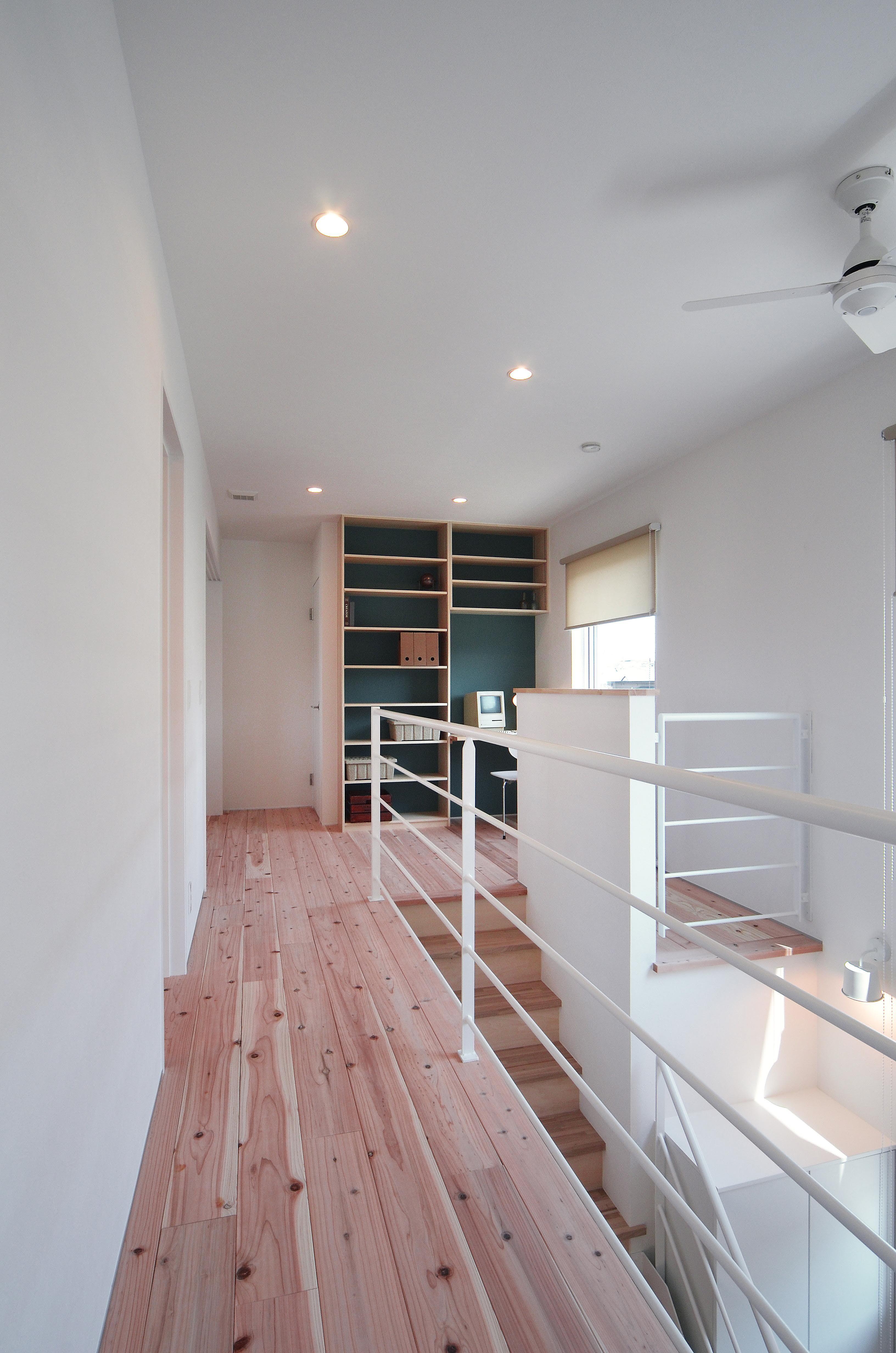 収納棚の背面にアクセント壁 収納としてだけでなく 飾り棚としても
