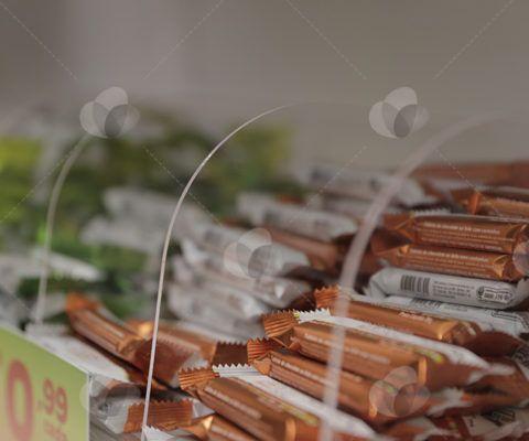 Ambientação de Lojas - tableteiro em acrílico cristal para exposição de barrinhas de chocolate.  http://www.sulacrilicos.com.br