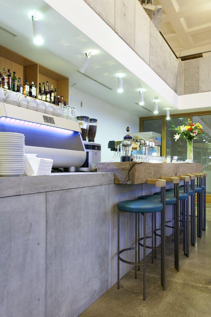 Theke aus Sichtbeton, Eichebalken und selbst entworfenen und - designermobel einrichtung hotel venedig