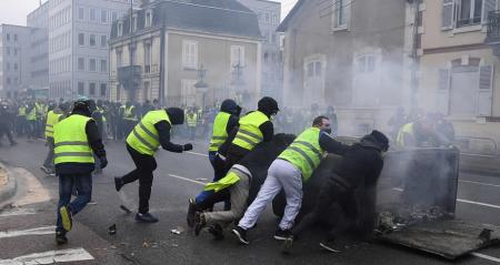 صور مظاهرات أصحاب السترات الصفراء في فرنسا