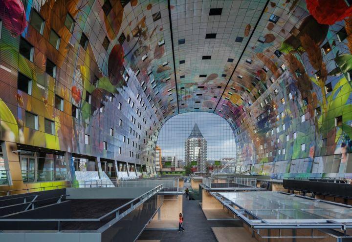 100.000 m2 si superficie, 100 stand, 228 abitazioni, spazi pubblici e ristoranti per un edificio ad arco.