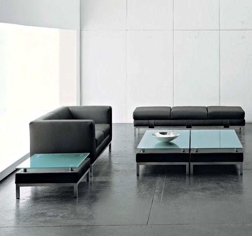 Ideal para oficina y hogar: Sofa CUBE de UPPER PANAMA  Disponible en dos versiones, con marco cuadrado o patas para ser combinados a una butaca o a un sofá de dos o tres plazas, Cube también ofrece una colección de mesas en vidrio esmerilado de diseño elegante.