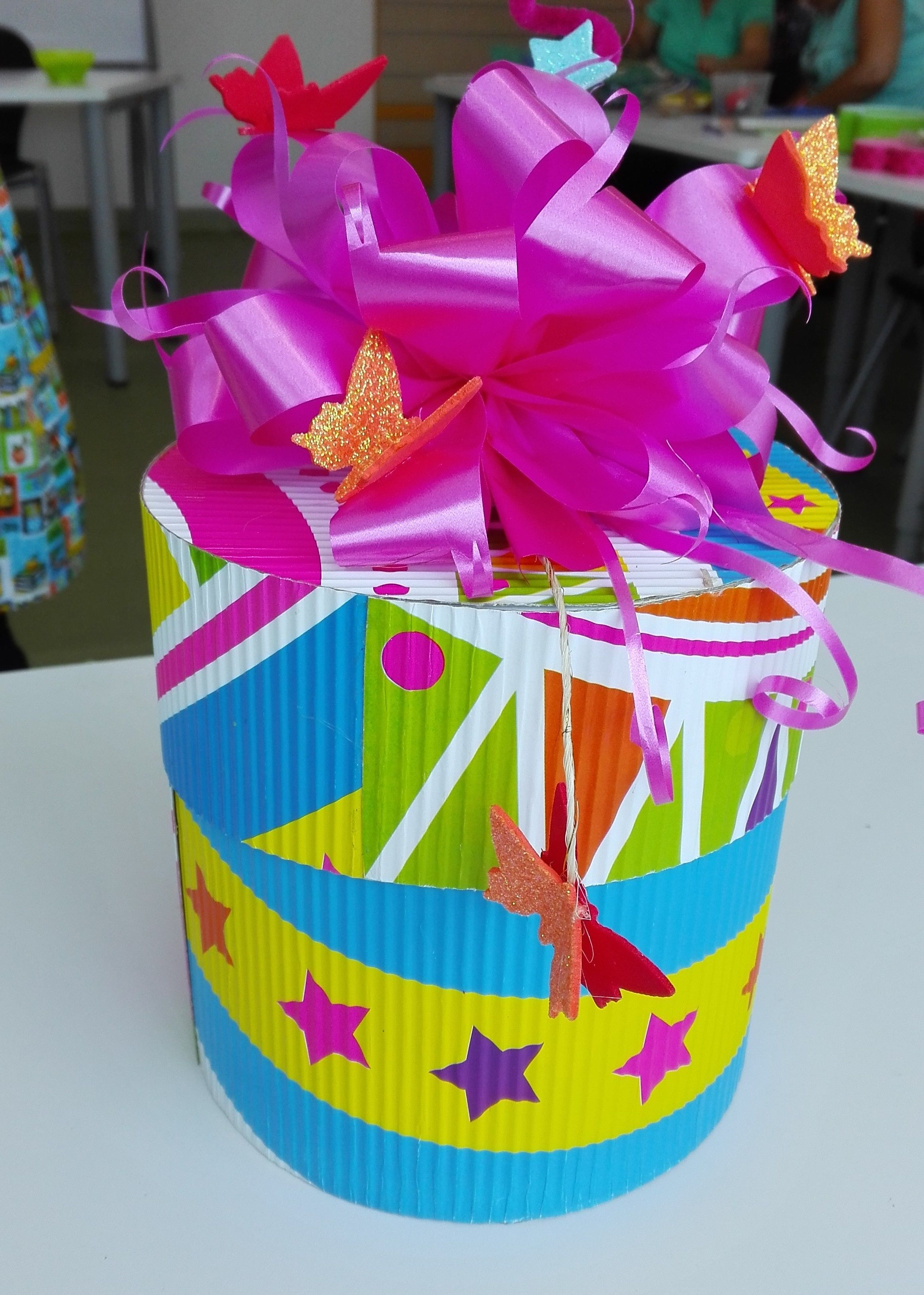 Caja de regalo en carton corrugado detalles creativos pinterest gift baskets diy gifts y - Manualidades cajas decoradas ...