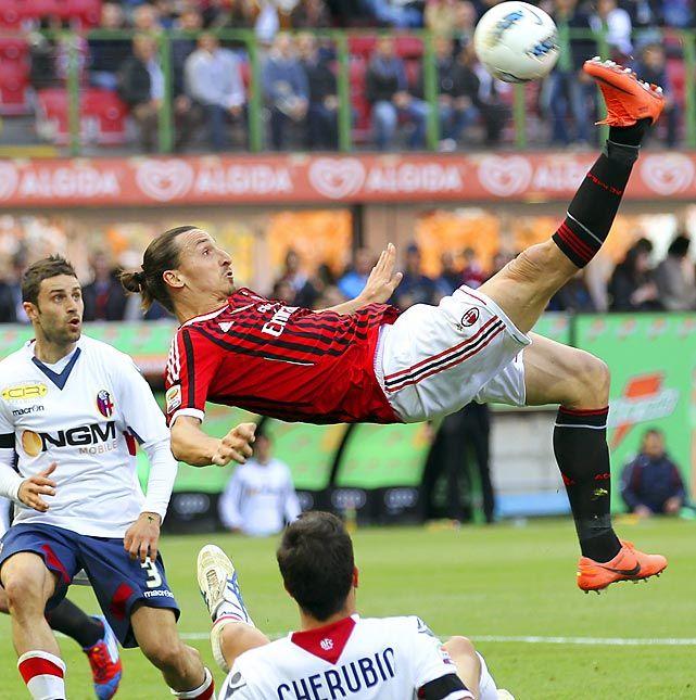 Ac Milan S Zlatan Ibrahimovic Kicks Overhead During The Team S Serie A Match Against Bologna At San Siro Stadiu Jugador De Futbol Fotos Espectaculares Deportes