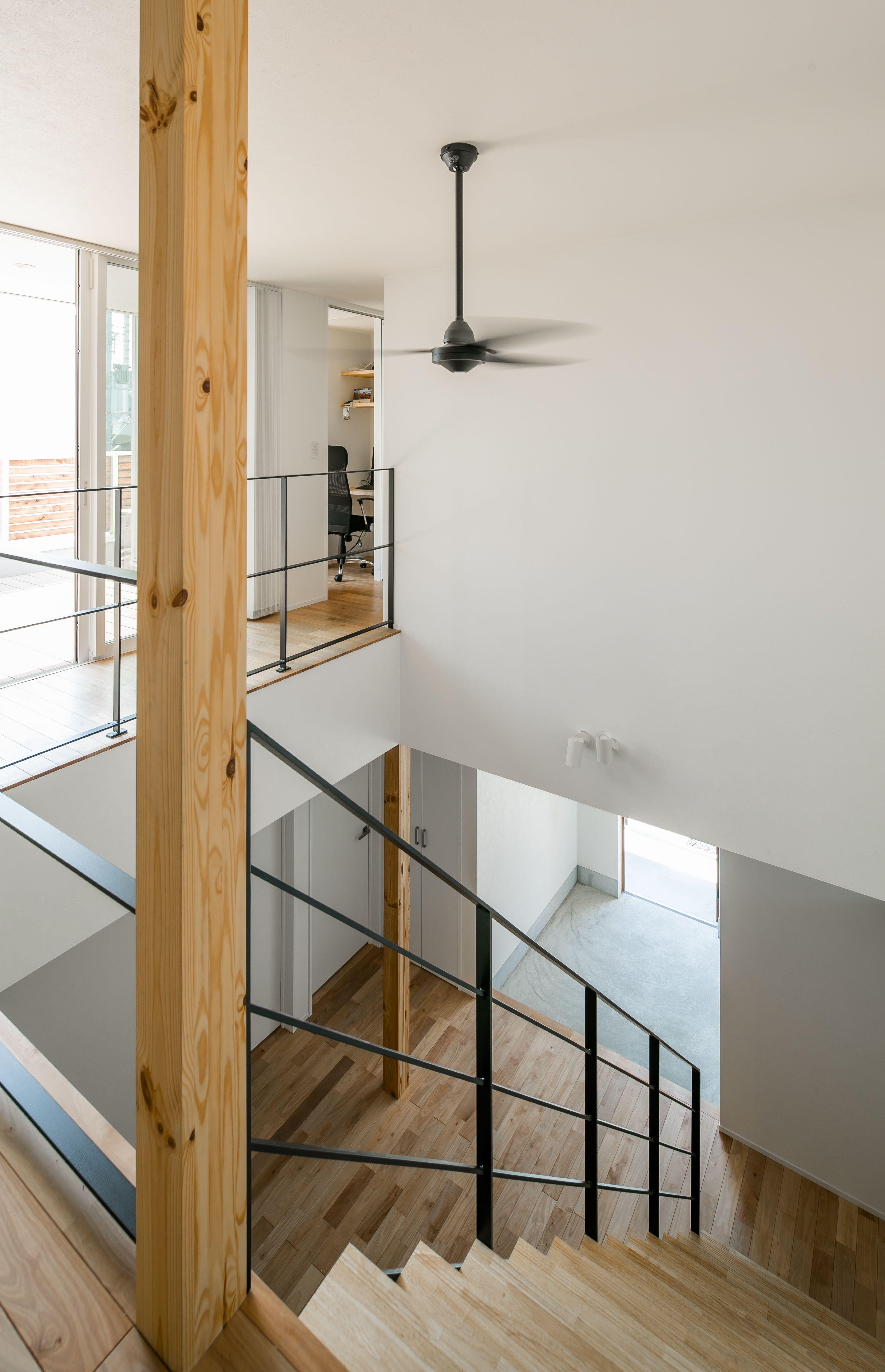 玄関から二階リビングにつながる吹き抜け ルポハウス 設計事務所