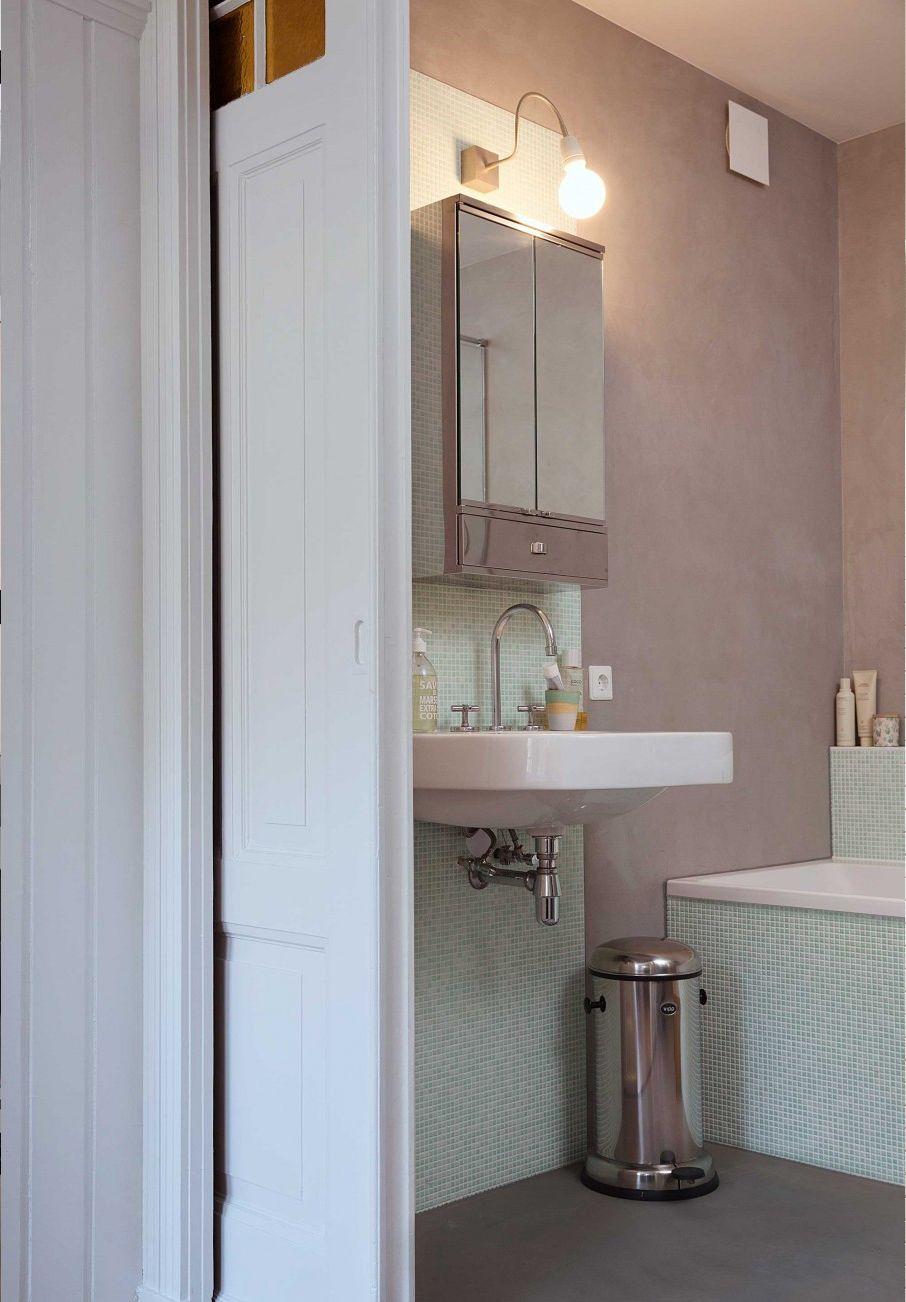 De muren van deze badkamer zijn bewerkt met beton-ciré en groen ...