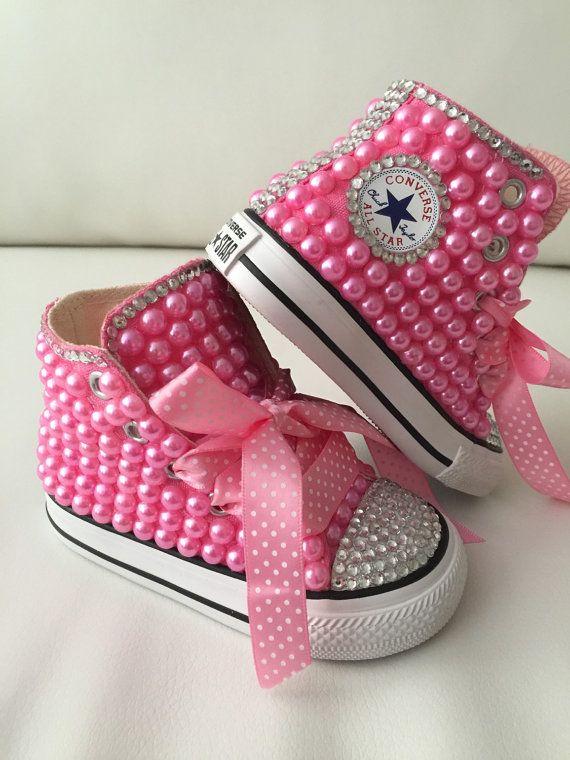 985291ecc960 Bébé   enfant taille Converse conçu avec des perles et des accents de  cristal. Le prix comprend les chaussures et le design comme montré sur les  photos.