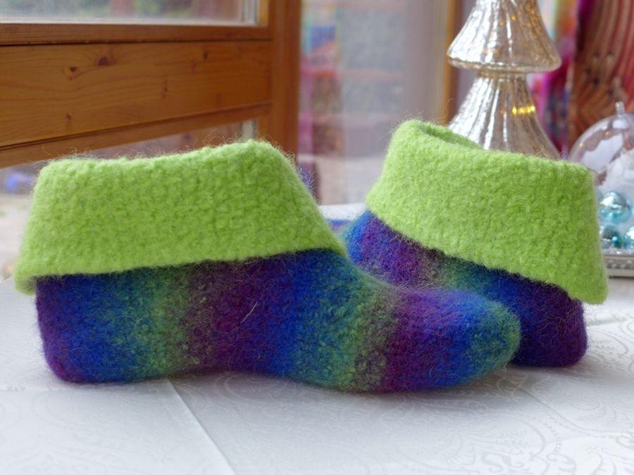 One-Step-Filzbooties in Lieblingsfarben. Die Farben des Schuhs kommen direkt aus dem Garn. Genaue Mateiralangaben in der Anleitung.