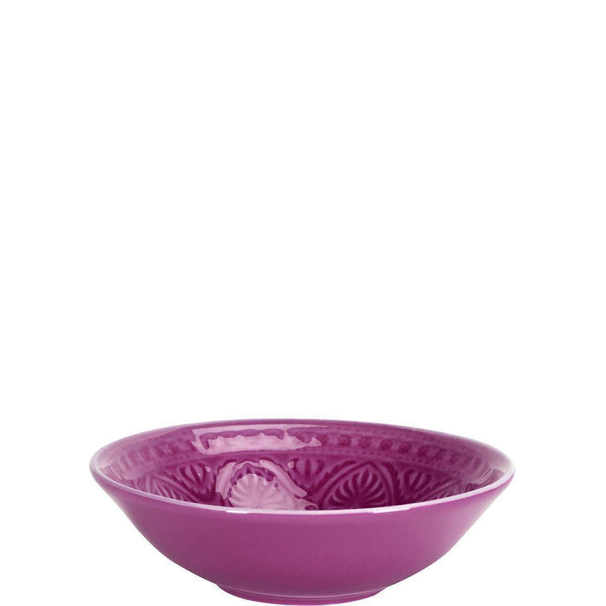 SUMATRA Schale    Neu in der Serie Sumatra sind die prächtigen Keramikschalen und -teller mit traditionellem, leicht Relief-artigen Dekor. Jedes Teil ist handbemalt, die effektvoll glänzende Glasur in exotischen Farben (außen eher matt) unterstreicht die kostbare Optik. Was für ein sanfter Kontrast zu den sehr scharf gewürzten Speisen, die man in Padang und ganz Sumatra traditionell reicht.    ...