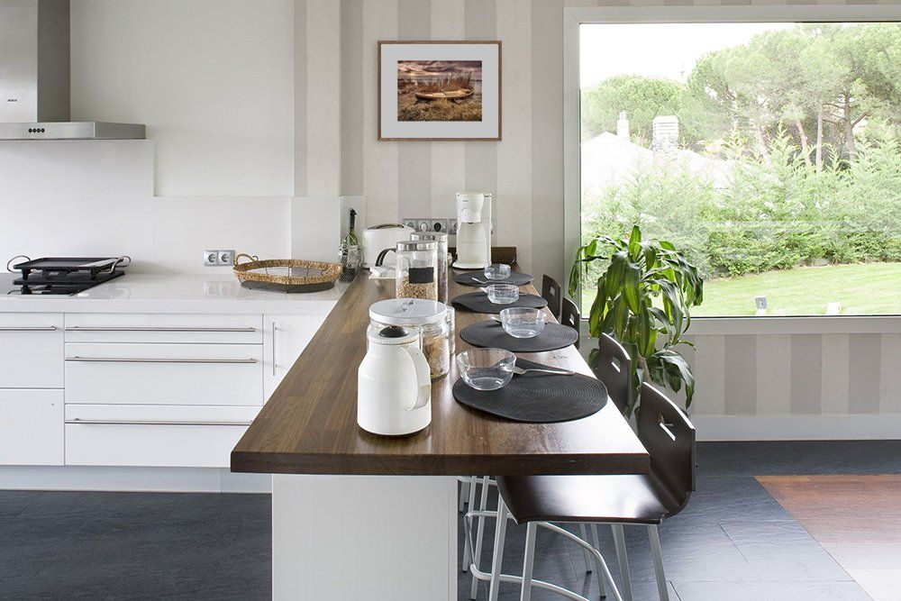 Pomysl Na Otwarta Kuchnie Przejscie Pomiedzy Kuchnia A Jadalnia Blat A La Wyspa Kuchenna Design Urzadzanie Dining Table Rustic Dining Table Rustic Dining