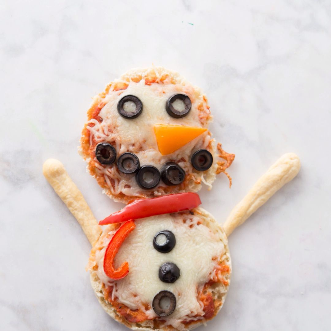 SNOWMAN PIZZAS ⛄️- English muffin pizzas - these are such an easy pizza recipe for kids! #pizza #recipeseasy #recipesforkids #pizzarecipes #lunch #christmaslunch