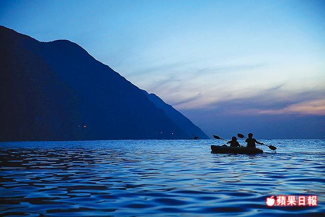 凌晨4點,海面還是深邃的藍色,大家就要划著獨木舟出發。