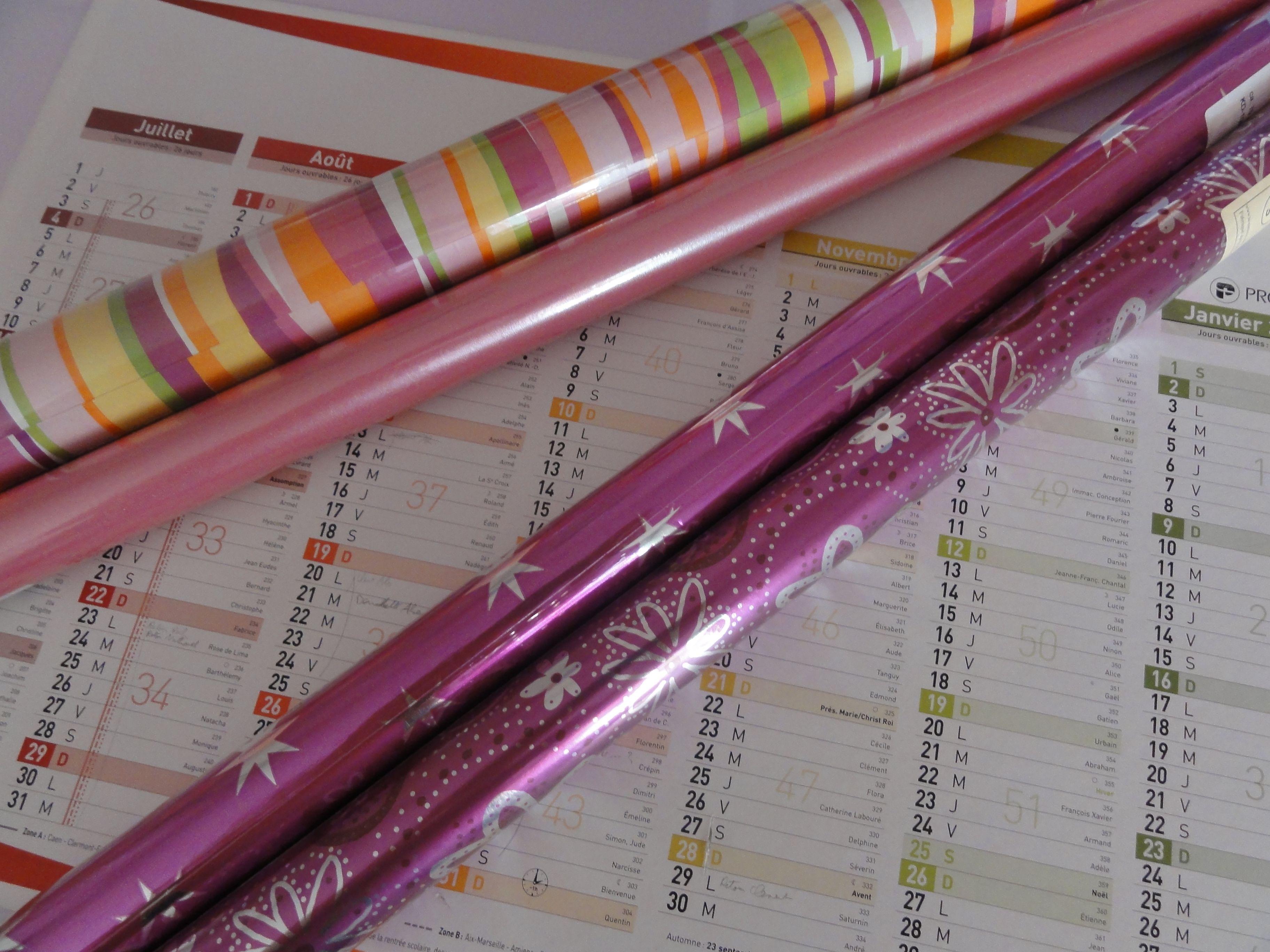 Fabriquer un sous-main avec un vieux calendrier et du papier cadeau