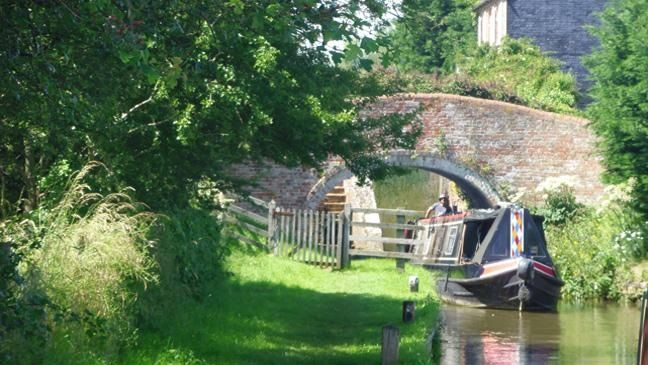 The kind of beauty you can expect to see in England if you hire a canal boat...
