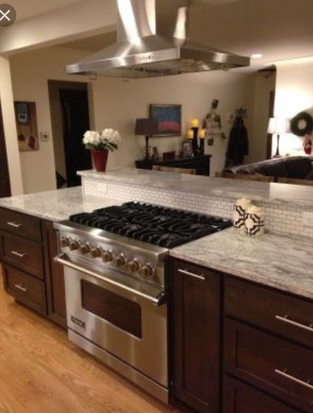 We like the height of the backsplash behind the stove ...
