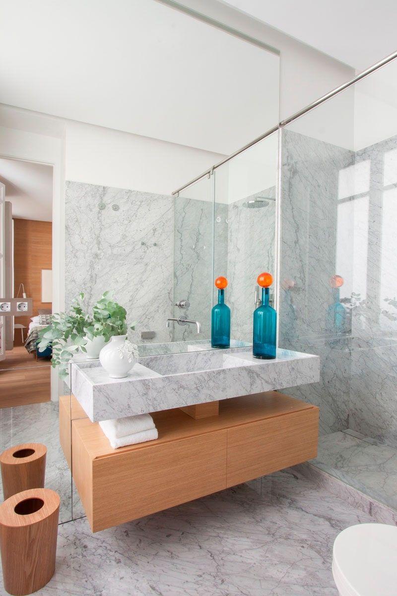 Badezimmer Design Ideen offenen Regal unterhalb der Arbeitsplatte / / das Holz auf dem Regal in diesem Badezimmer ist das gleiche Holz an den Wänden und Boden des Schlafzimmers, eine geschlossene Optik und zum Aufwärmen des Marmors verwendet, während der Rest des Badezimmers zu helfen.