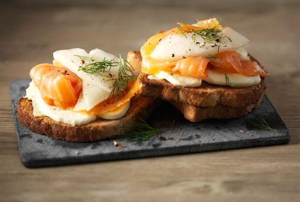 Helpon ja nopean välipalan ei tarvitse olla tylsä. Voit tarjoa näitä leipiä myös illanistujaisissa. http://www.valio.fi/reseptit/mozzarella-savulohileivat/